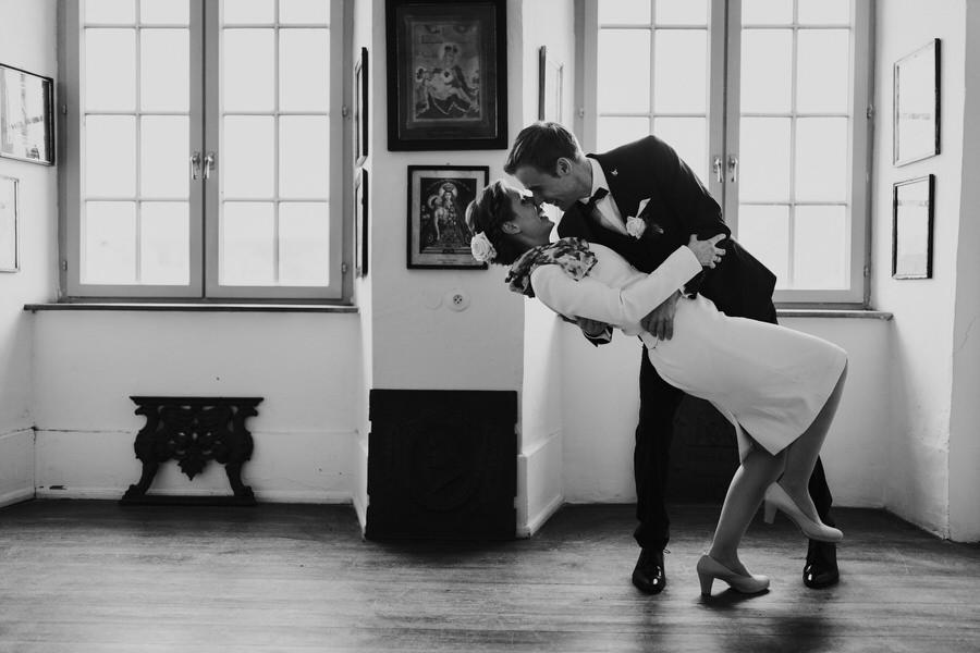 Brautpaar tanzt im Schloss