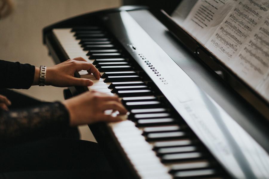 Hände auf dem Klavier