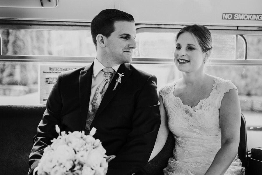 Brautpaar sitzt im Doppeldecker
