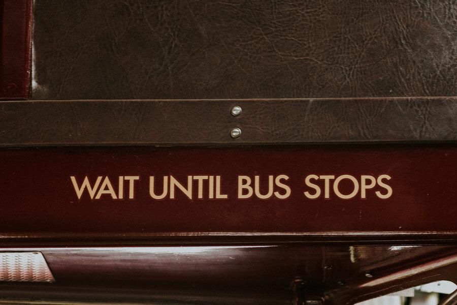Schriftzug im Doppeldecker Wait until Bus stops auf dem Weg zur Trauung in der Kirche Lauchheim