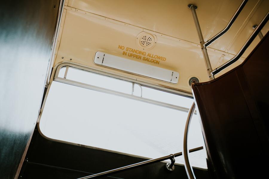 Schriftzug no standing allowed in upper saloon im Doppeldecker