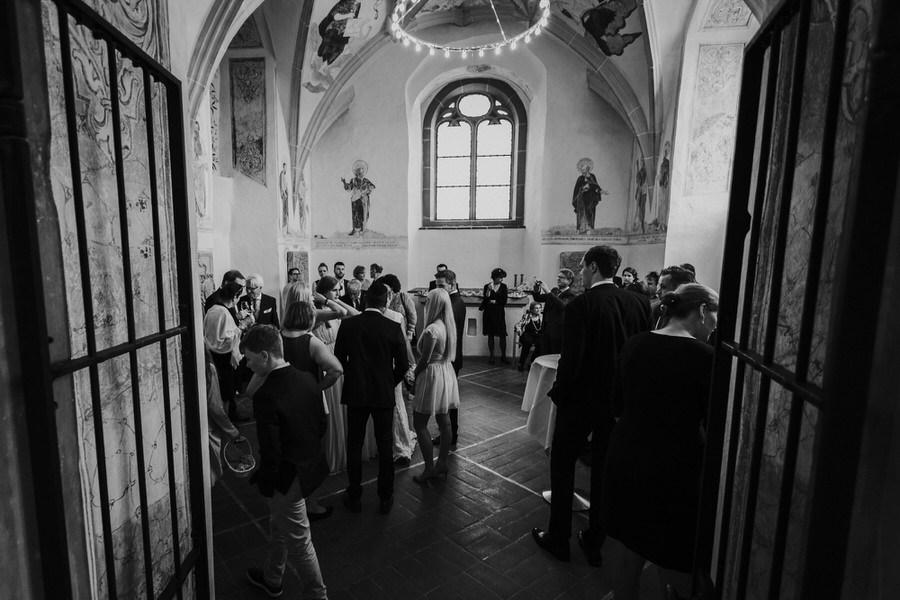Gaeste beim sektempfang im Saal Schloss Kapfenburg
