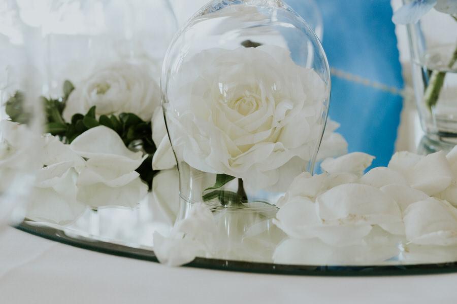 Hochzeitsdeko mit Rosen auf dem runden Spiegel