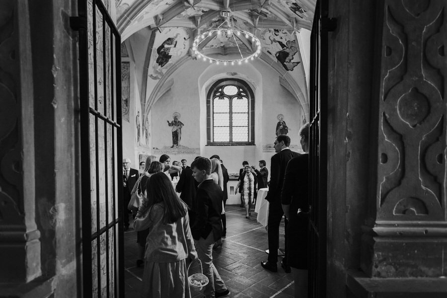 Gaeste beim Sektempfang am Schloss Kapfenburg