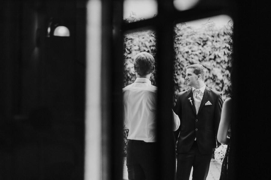 Braeutigam im Fenster des Hotels Adler bei der Hochzeit in Waldhausen