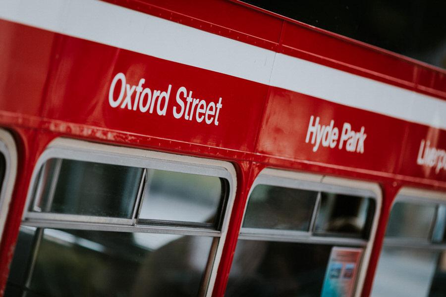 Schriftzug auf dem Doppeldecker Oxford Street in vor der Trauung in Lauchheim