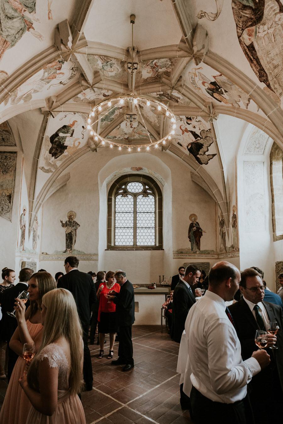 Kronleuchte und Wandgemaelde beim Sektempfang im Schloss Kapfenburg