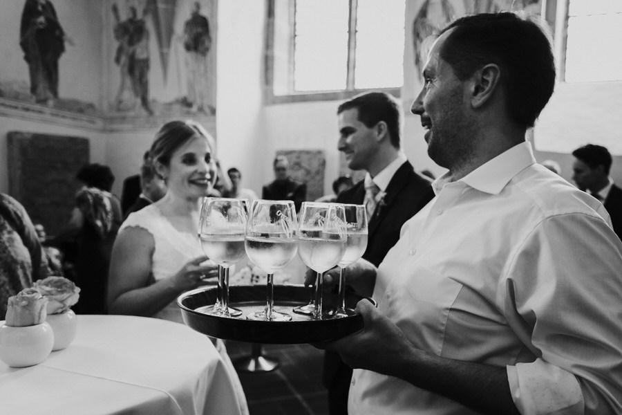 Kellner bringt Getraenke zum Brautpaar bei der Hochzeit im Schloss Kapfenburg