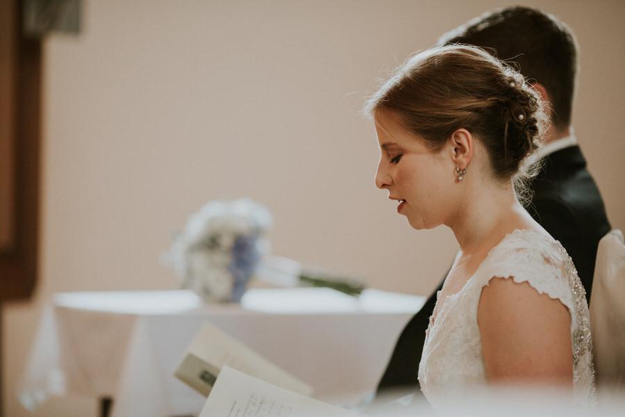 Braut singt während der Zeremonie in der Kirche Lauchheim
