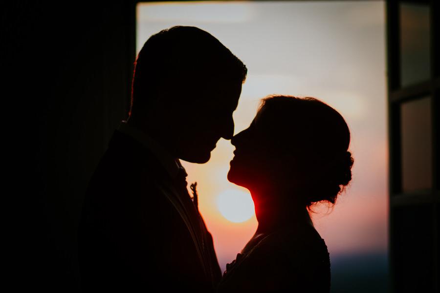 Silhouette des Brautpaares vor dem Sonnenuntergang am Schloss Kapfenburg