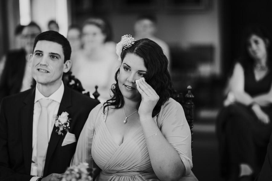 Braut tupft die Freudetraene ab