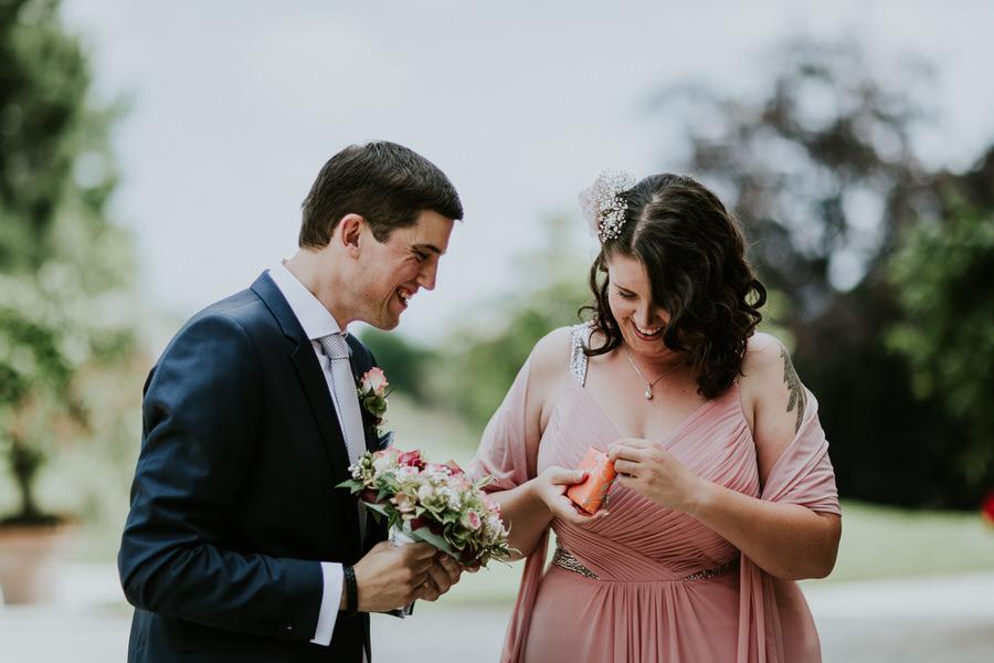 Braut packt das Geschenk vom Braeutigam aus