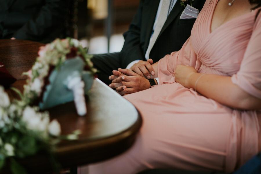 Brautpaars Haende waehrend der Trauung