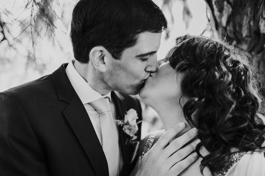 Braeutigam küsst seine zukünftige Frau beim Brautpaarshooting