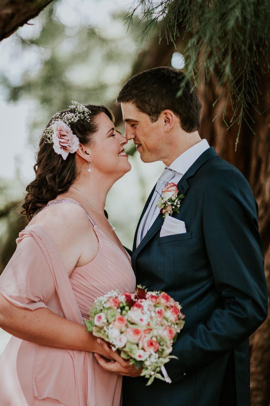 Brautpaar schaut unter dem Mammutbaum zueinander
