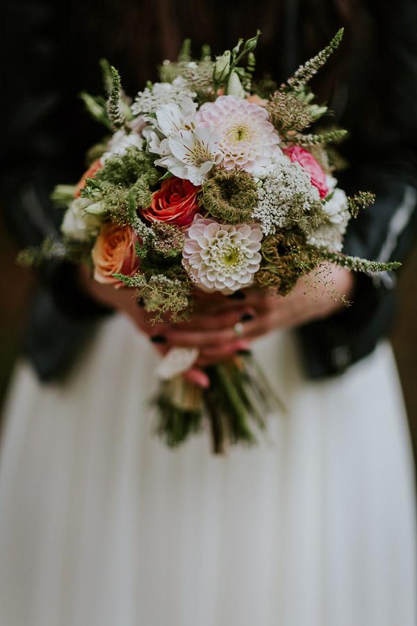 Braut hält ihren Blumenstauß beim Shooting mit Hochzeitsfotografin aus Ostalbkreis