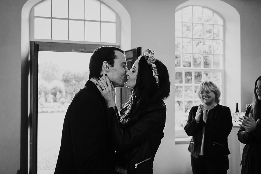 Bräutigam küsst seiner Braut während der Trauung auf Schloss Hohenstadt