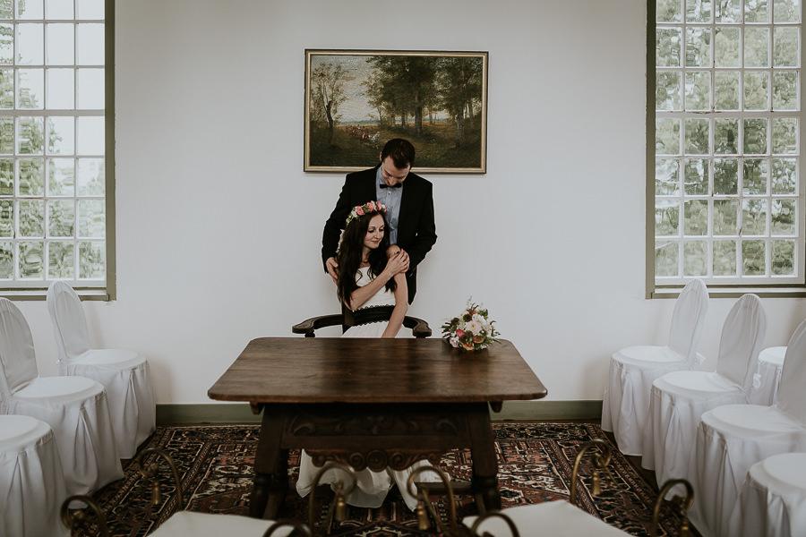 Bräutigam genißt die Nähe der Braut im Trauzimmer