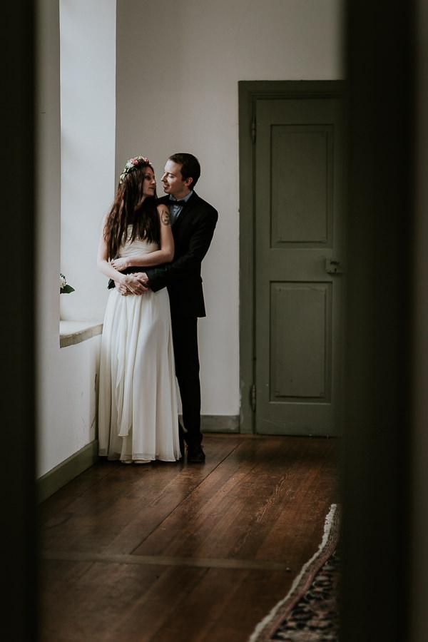 Brautpaar vor dem Fenster