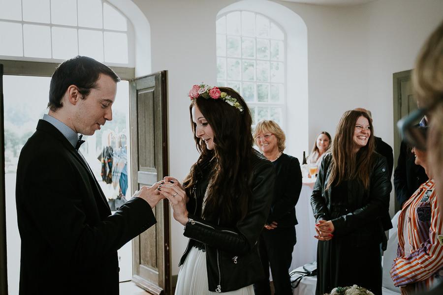 Ringentausch bei der Hochzeit in Abstgmünd mit Hochzeitsfotografin Anastasia Vyatkina