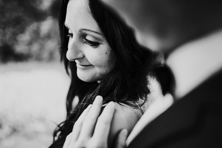 Braut genießt die Berührungen vom Bräutigam