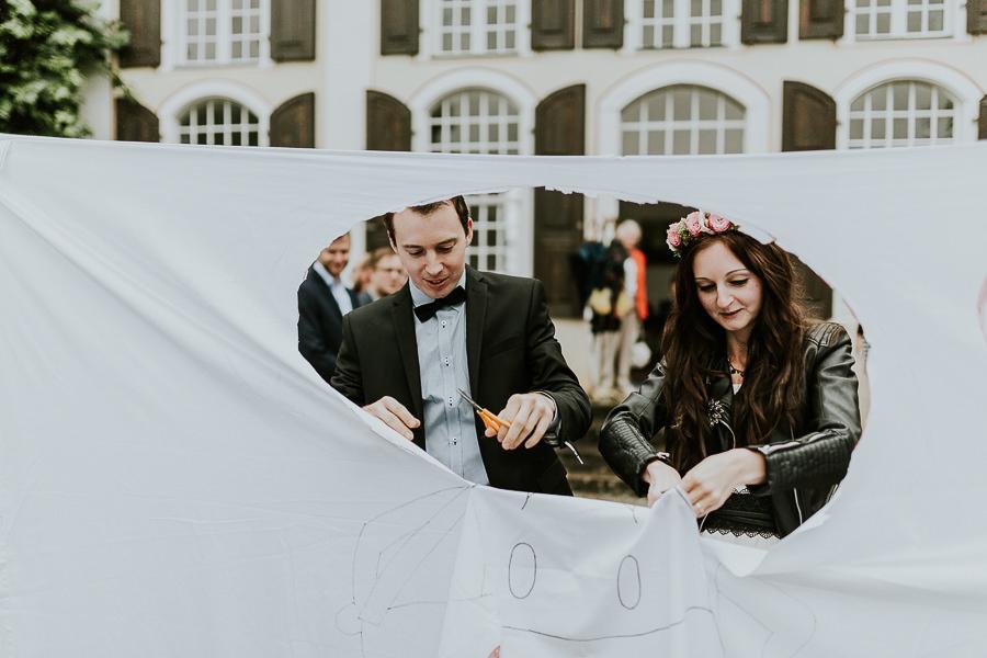 Brautpaar schneidet Tuch durch  nach der Trauung am Schloss Hohenstadt im Ostalbkreis
