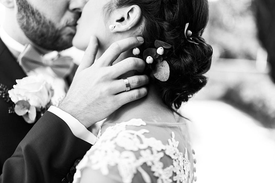 Bräutigam küsst die Braut auf dem Schloss Ellwangen