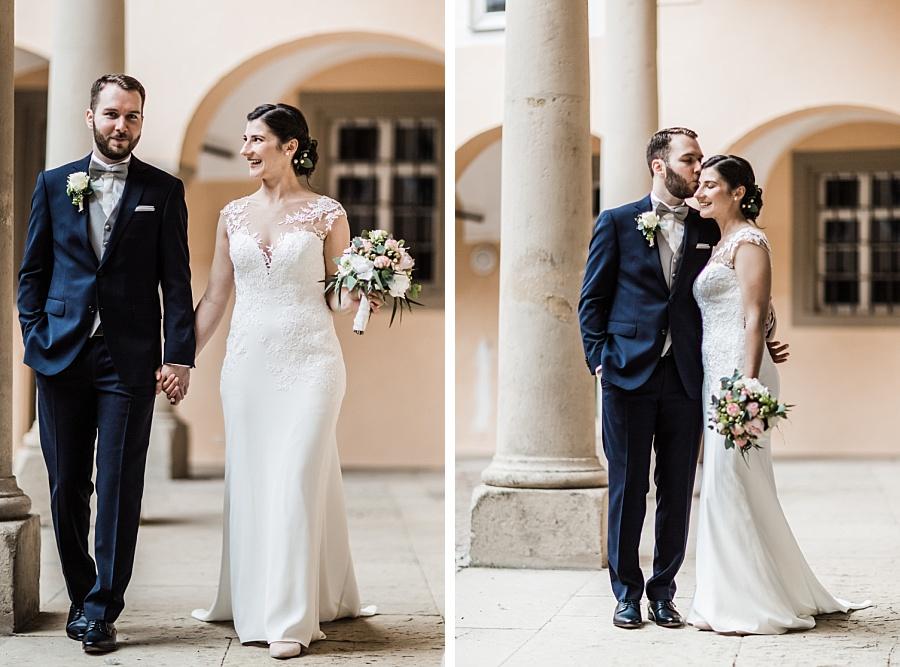 Braut im langen schlichten Brautkleid schaut Bräutigam an während der Brautpaarbilder am Schloss Ellwangen mit Anastasia Walther