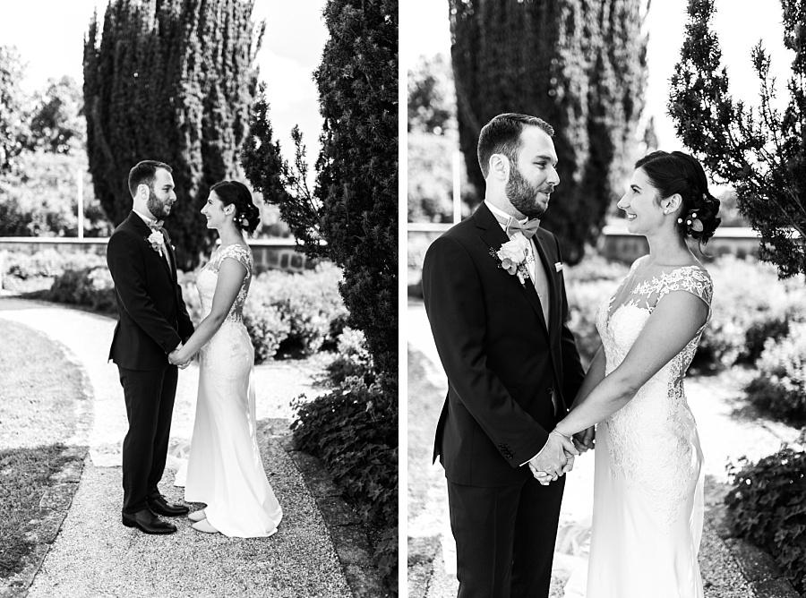Schlichtes Kleid der Braut beim First Look Moment während der Hochzeitsfotoreportage in Ellwangen mit Anastasia Walther
