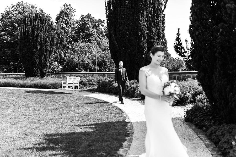 Bräutigam geht zur Braut beim First Look Moment in Ellwangen