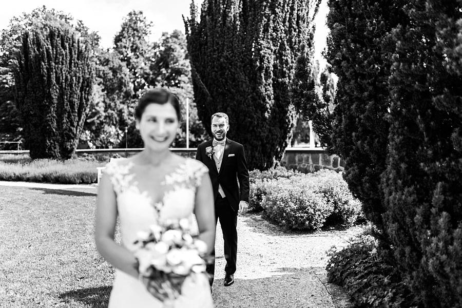 Aufgeregter Bräutigam geht zur Braut beim Ersten Treffen in Ellwangen mit der Fotografin Anastasia Walther