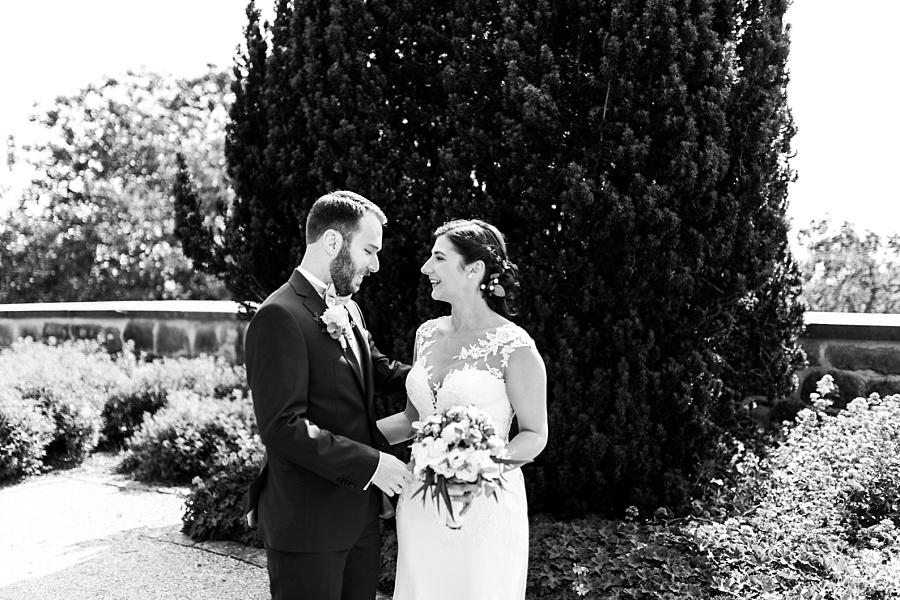 Bräutigam verliebt ins Look der Braut und mag das Brautkleid der Braut bei der Hochzeitsfotoreportage in Ellwangen mit Anastasia Walther