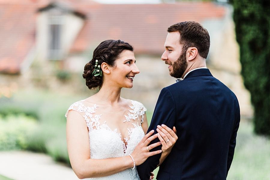 Braut mit Bräutigam während der Paarbilder auf Schloss Ellwangen vor der Trauung