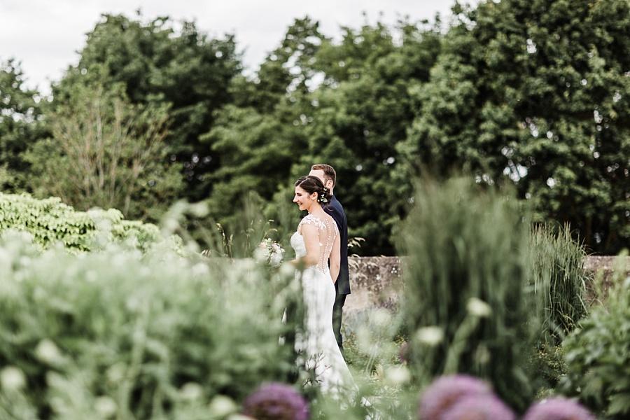 Brautpaat im Garten auf Schloss Ellwangen mit Hochzeitsfotografin Anastasia Walther