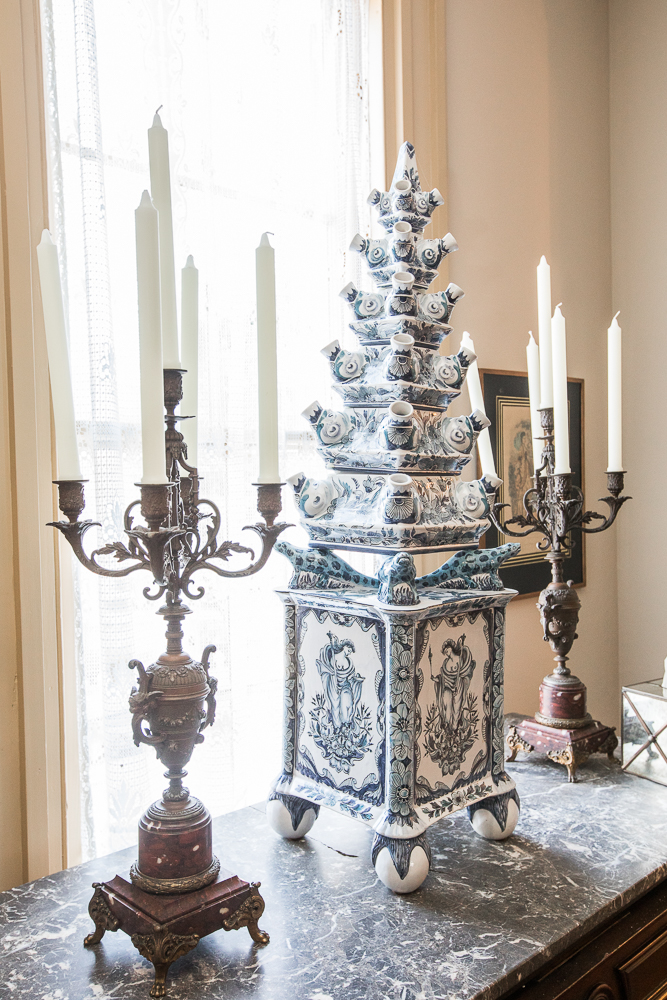 The mansions owners Ruth and Jim hired a team of interior designers specialized in 18th century decor and design to furnish the Maryland wedding venue with unique and priceless antiques and collectibles.