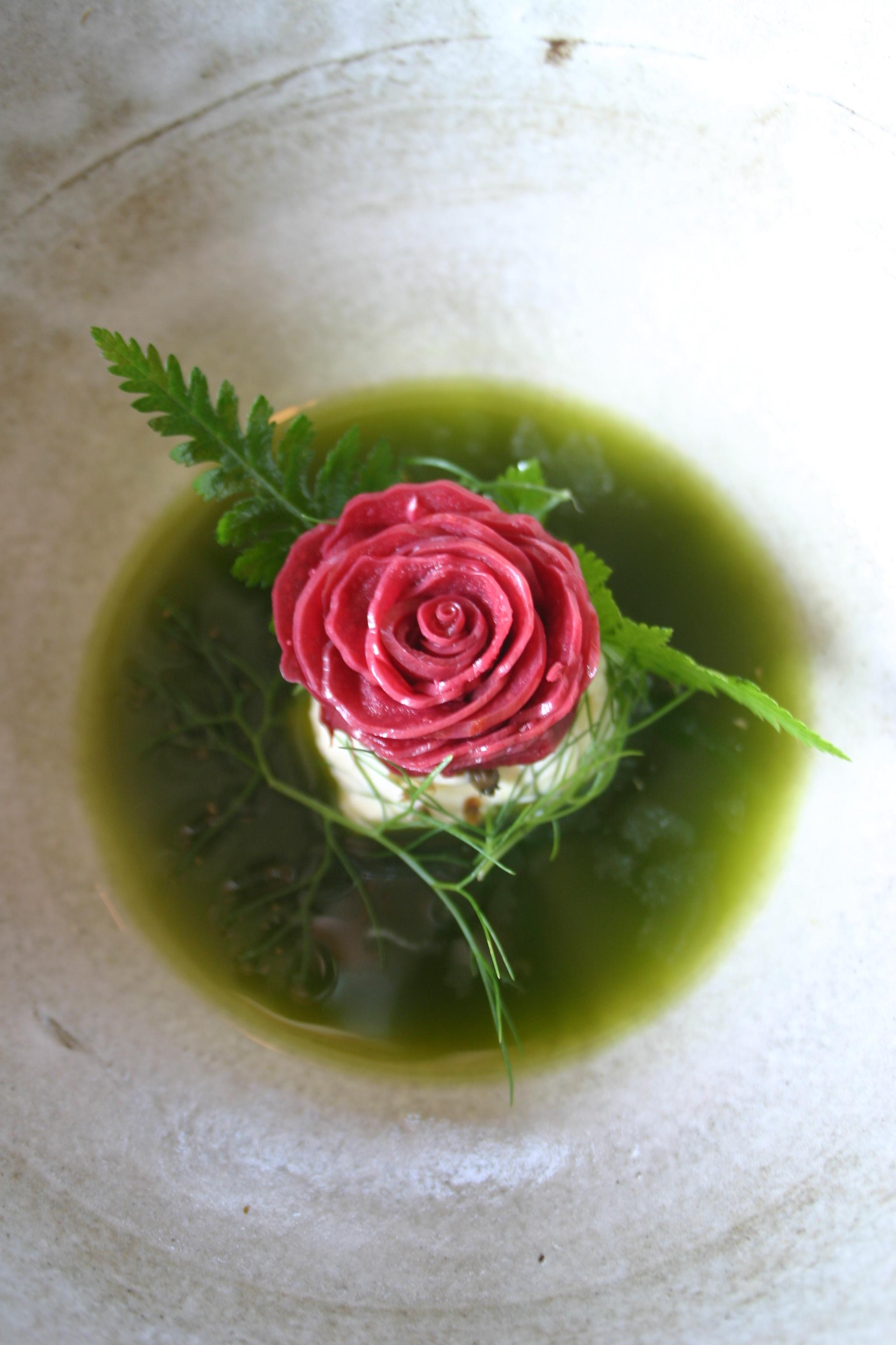 Rhubarb, ardıçlı taze krema, İspanyol maydanozu ve kuzukulağı sosu