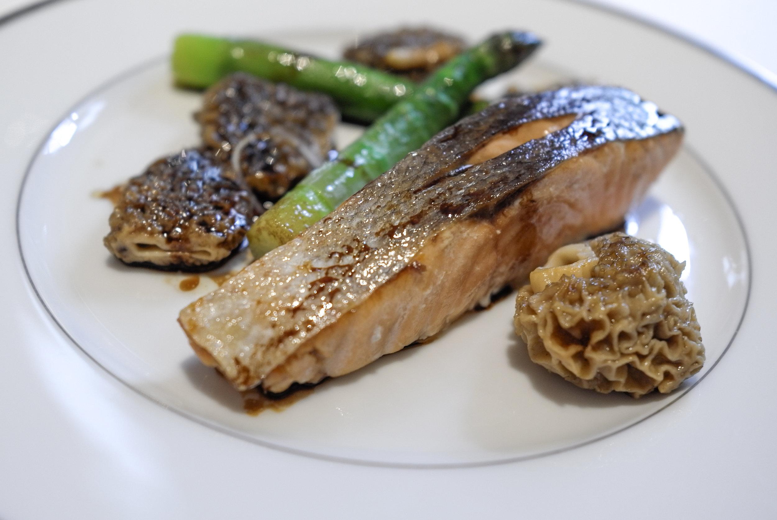 Somon balığı, kuşkonmaz ve morel mantarları