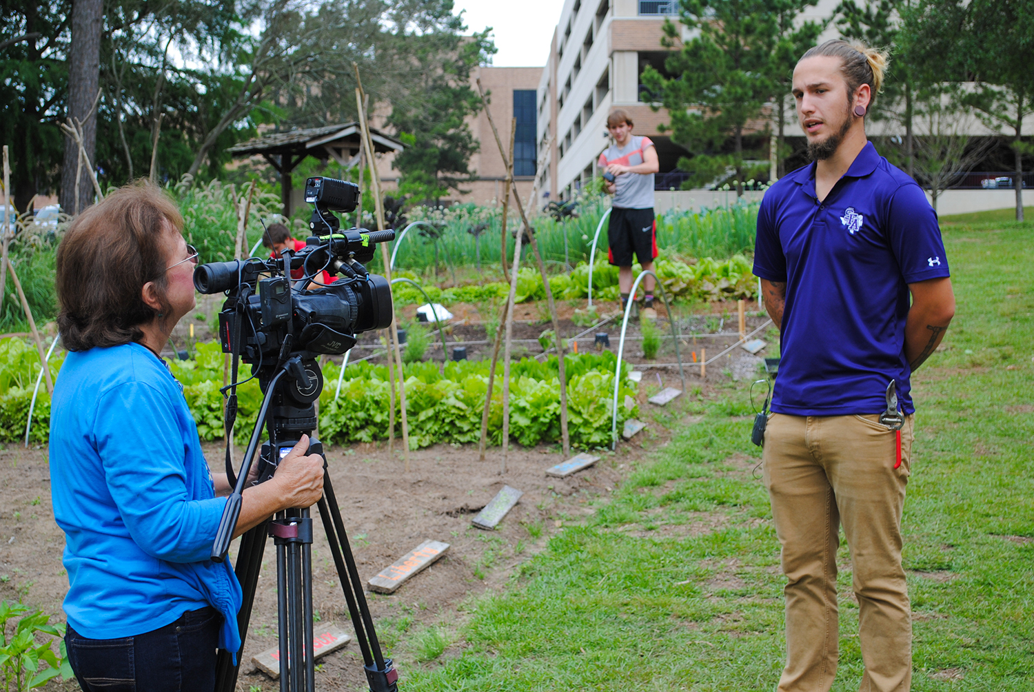 Donna McCollum of KTRE interviews SFA Horticulture student and Team Sprout member Hunter about the food prairies.