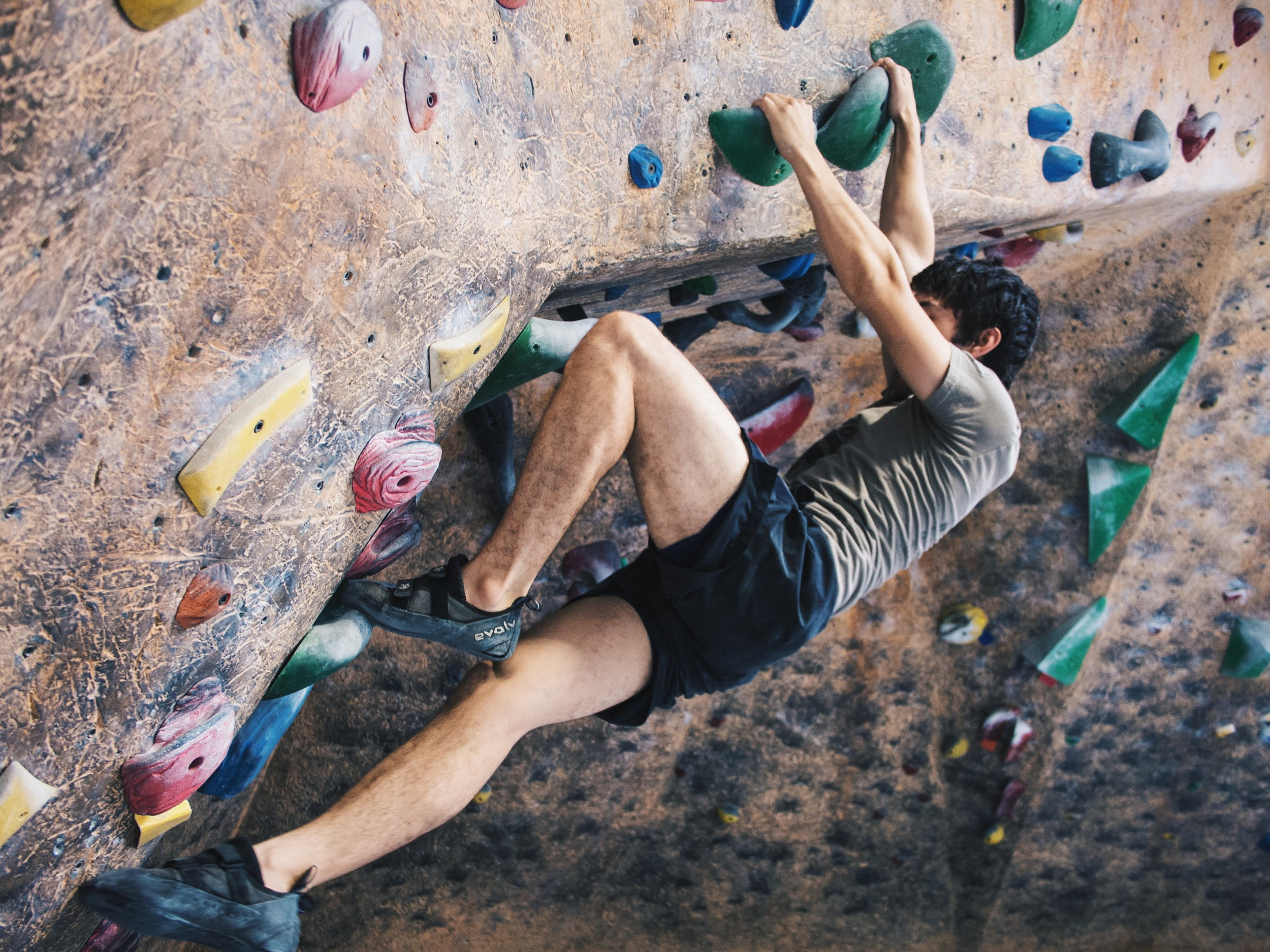 The Beginner S Guide To Indoor Bouldering Dig Mag