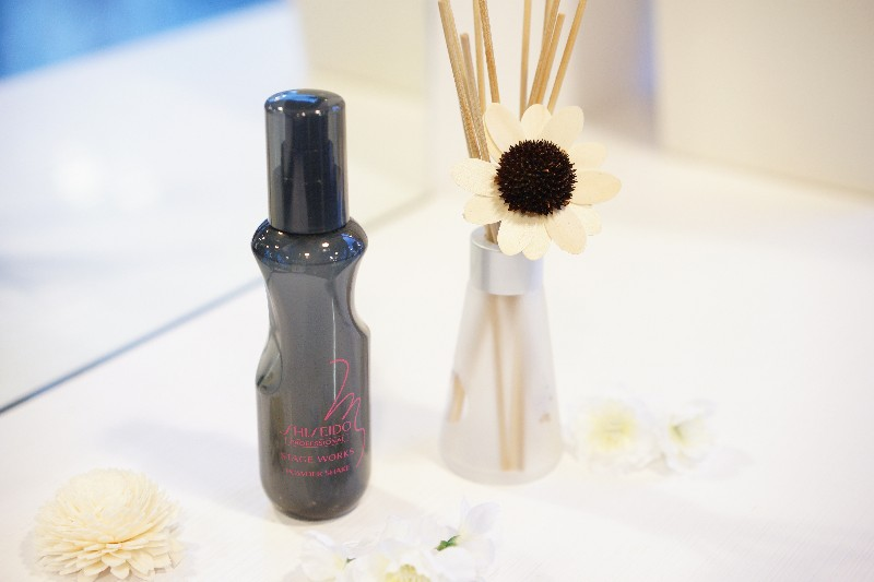 POWDER SHAKE  Just shake and mist to flexibly control the volume instantly. An innovative oil-free powder mist.