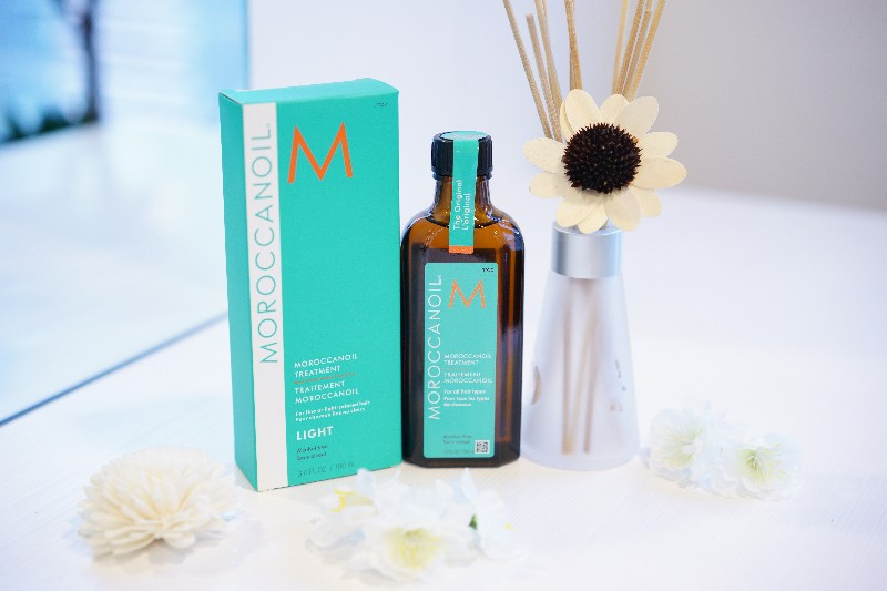 MOROCCANOIL TREATMENT,MOROCCANOIL TREATMENT LIGHT  Moroccanoil® Treatment's versatile, nourishing and residue-free formula can be used as a conditioning, styling and finishing tool. It blends perfectly with other products and even speeds up drying time. This treatment for hair completely transforms and repairs as its formula transports lost proteins for strength; fatty acids, omega-3 oils and vitamins for shine; and antioxidants for protection. It absorbs instantly to fill gaps in hair created by heat, styling and environmental damage.   How To Use:    Apply a small amount to clean, towel-dried hair, from mid-length to ends. Blow-dry or let dry naturally. Moroccanoil® Treatment can be applied to dry hair to tame fly-aways or condition dry ends.