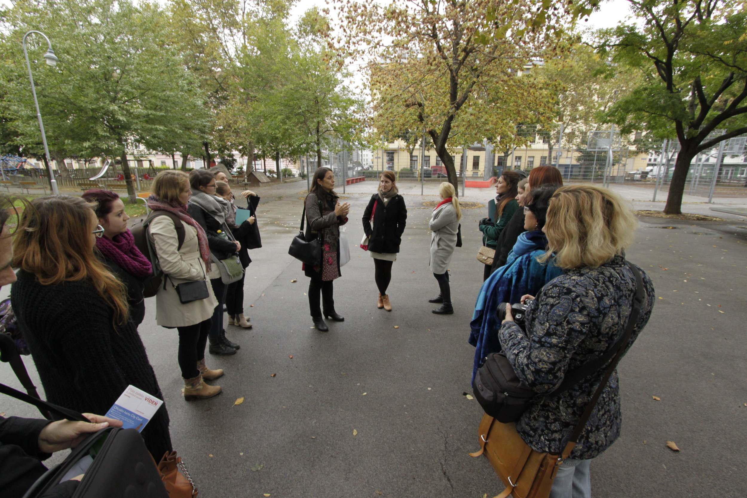 Claudia Prinz Brandenburg, landscape architect, Park Department of the City of Vienna explains the gender mainstreaming principles in Einsiedler park. Foto (c) Zdenka Lammelova