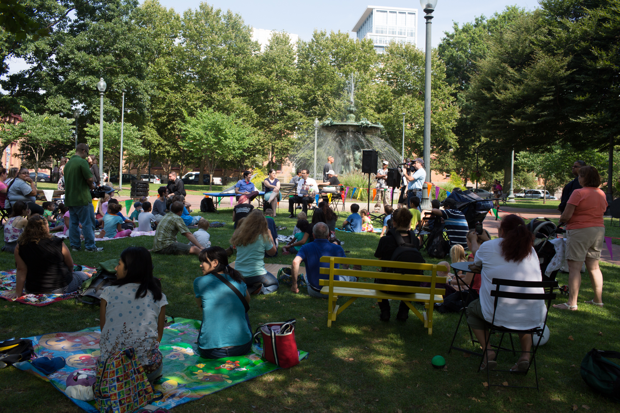 The Mayor of Providence is reading for kids during public happening on Kennedy Plaza. Foto (c) Project for Public Spaces