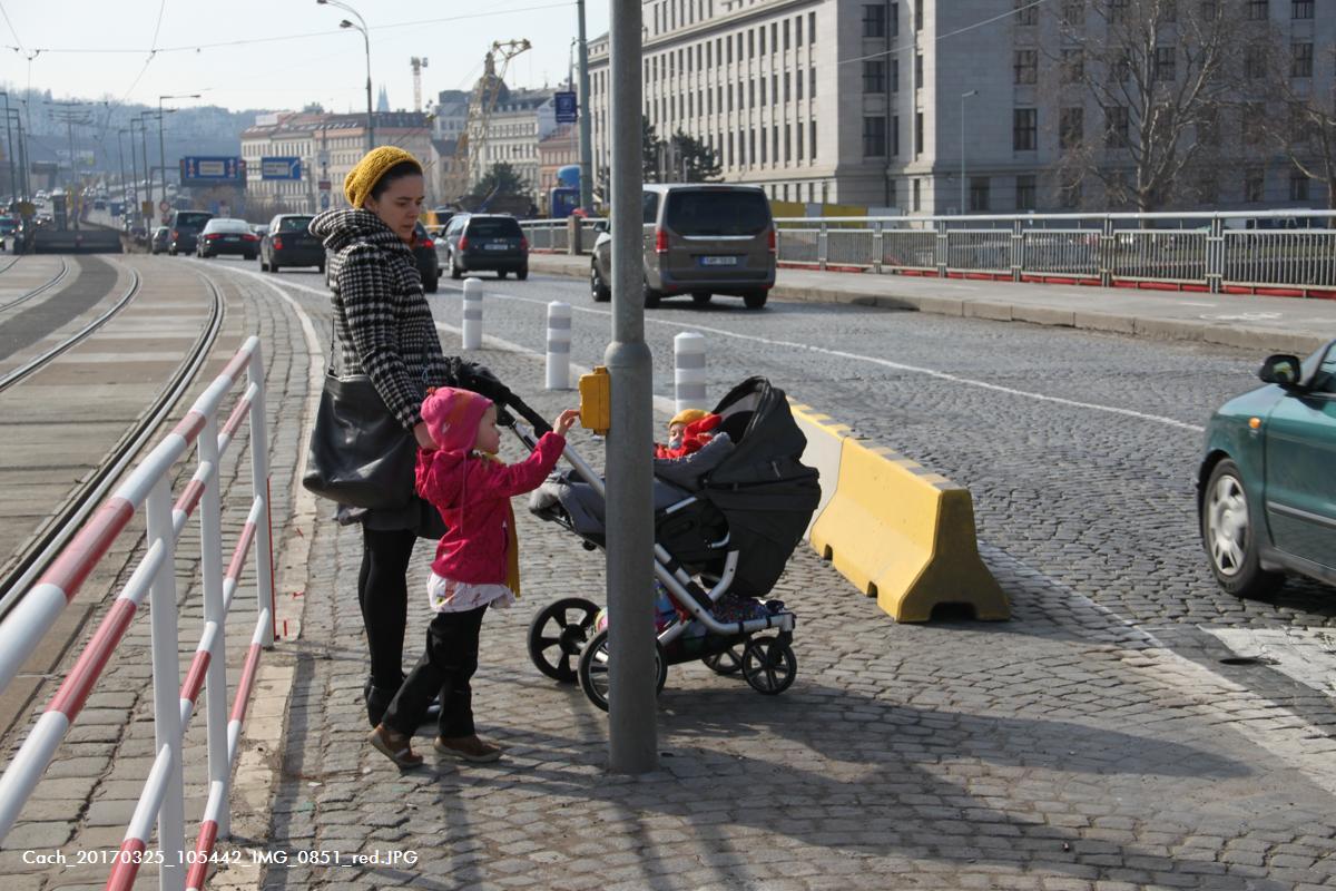 Nové tramvajové zástavky, Štvanice. Důraz kladený na potřeby chodců, speciálně rodičů a dětí.