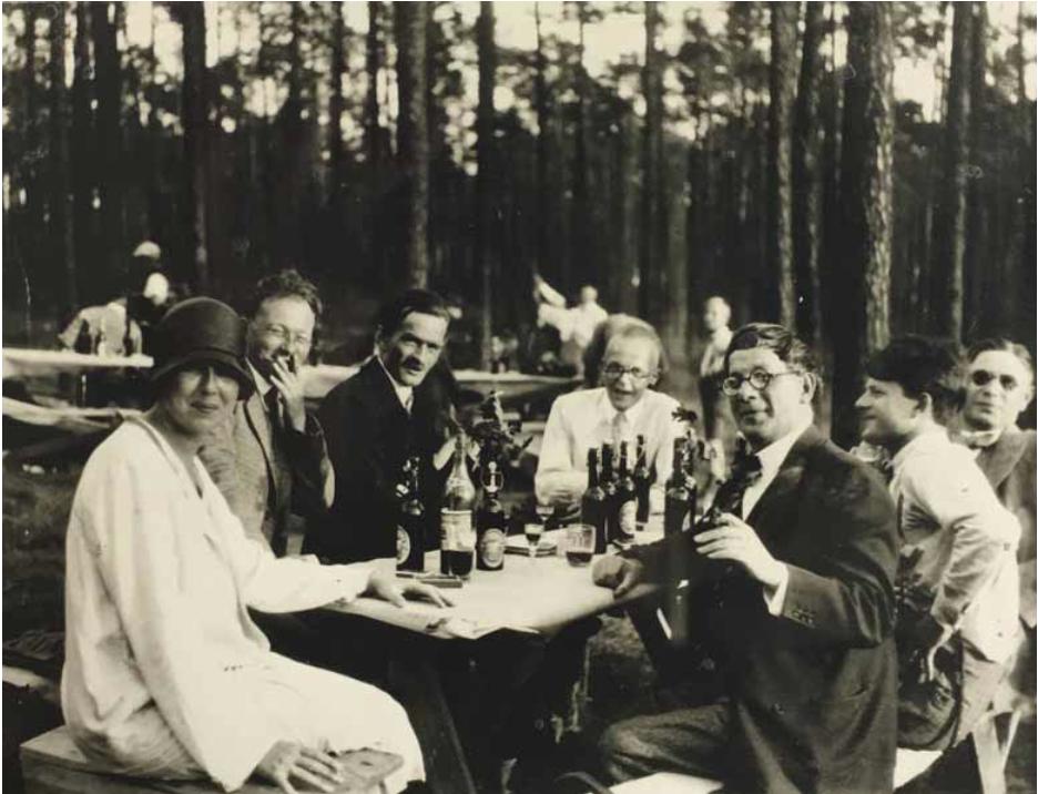 Marlene Moeschke Poelzig a Hans Poelzig, zahradní slvnost při otevření domu na Tannenburgallee, Berlín 1930.