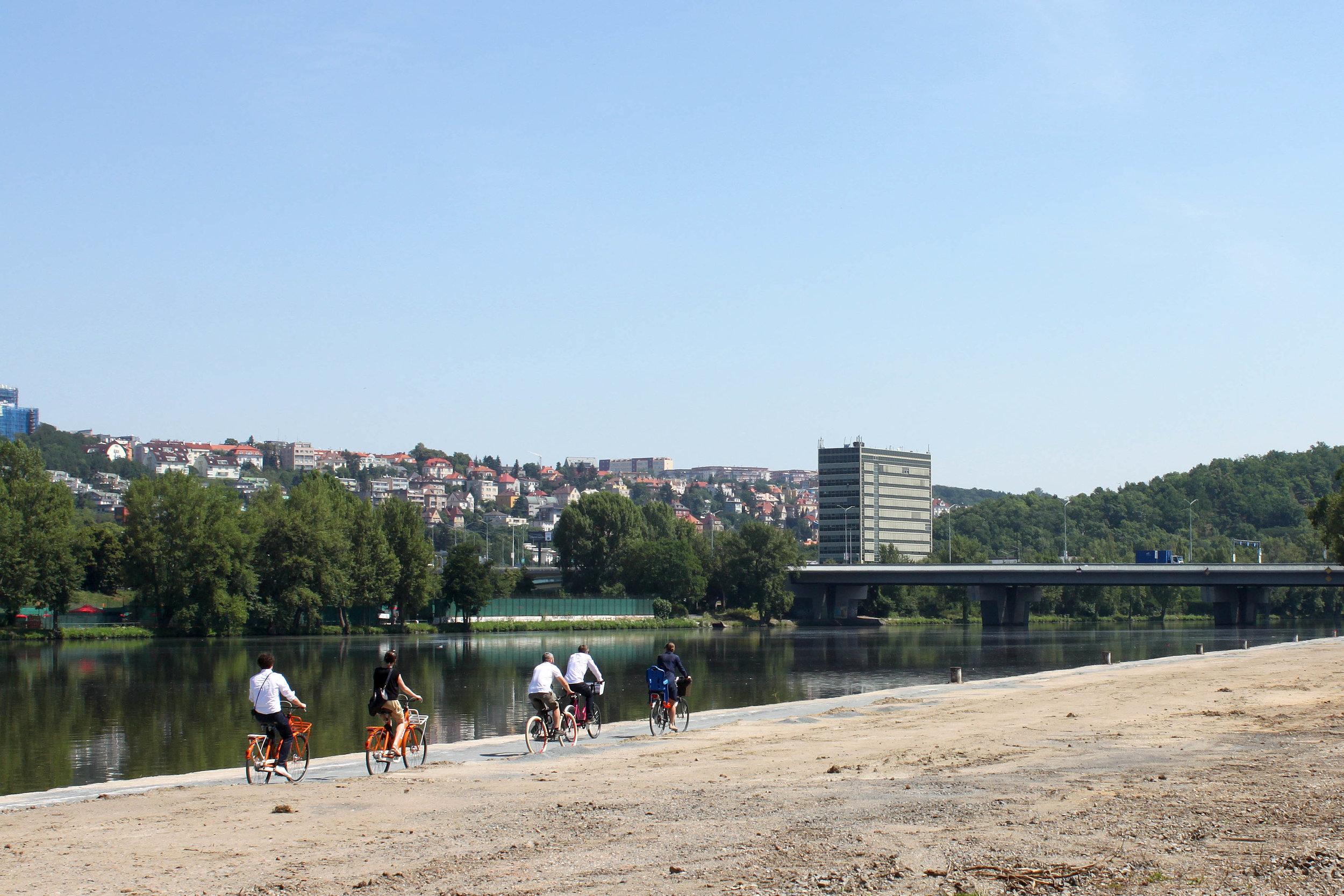 Veřejně přístupný břeh Vltavy