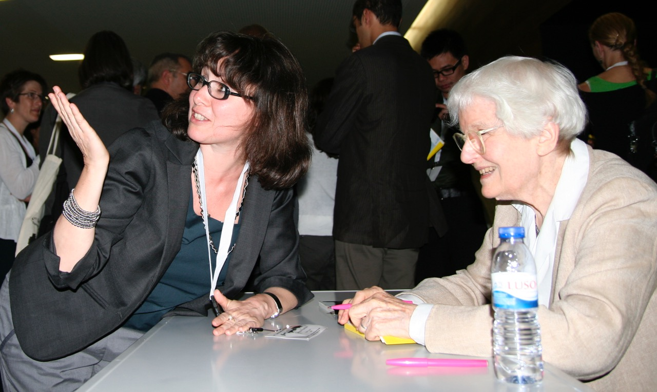 Caterina Franchini talking with Denise Scott Brown at the 1st International Meeting of the European Architectural History Network – EAHN, Guimarães, Portugal, 2010, photo: Caterina Franchini