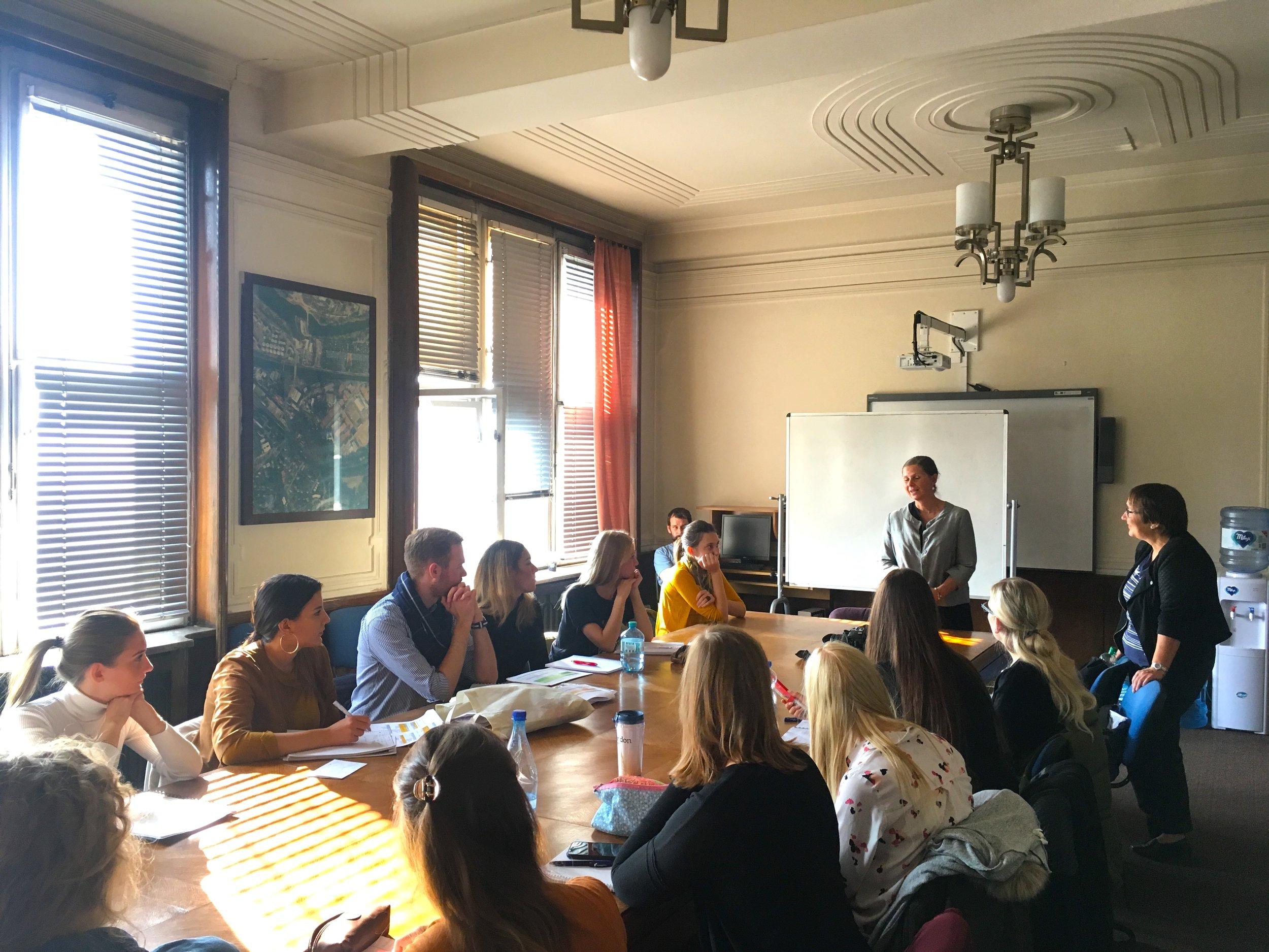 Profesorka Wotha se studenty navštívila radnici Prahy 7, kde diskutovali o aspektech neformálnosti v městském plánování foto (c) Milota Sidorová