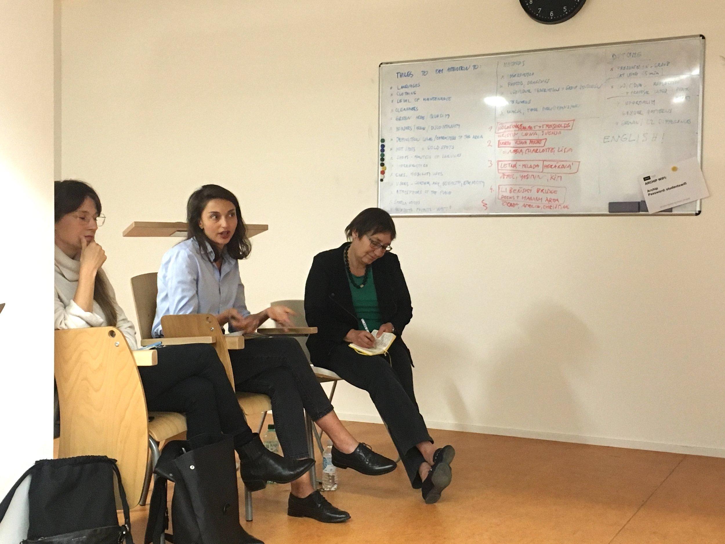 Hodnocení studenských prací v spolupráci s lokálními odbornicemi, antropologičkou. Alicou Brendzovou a architektkou Kateřinou Frejlachovou  foto (c) Milota Sidorová