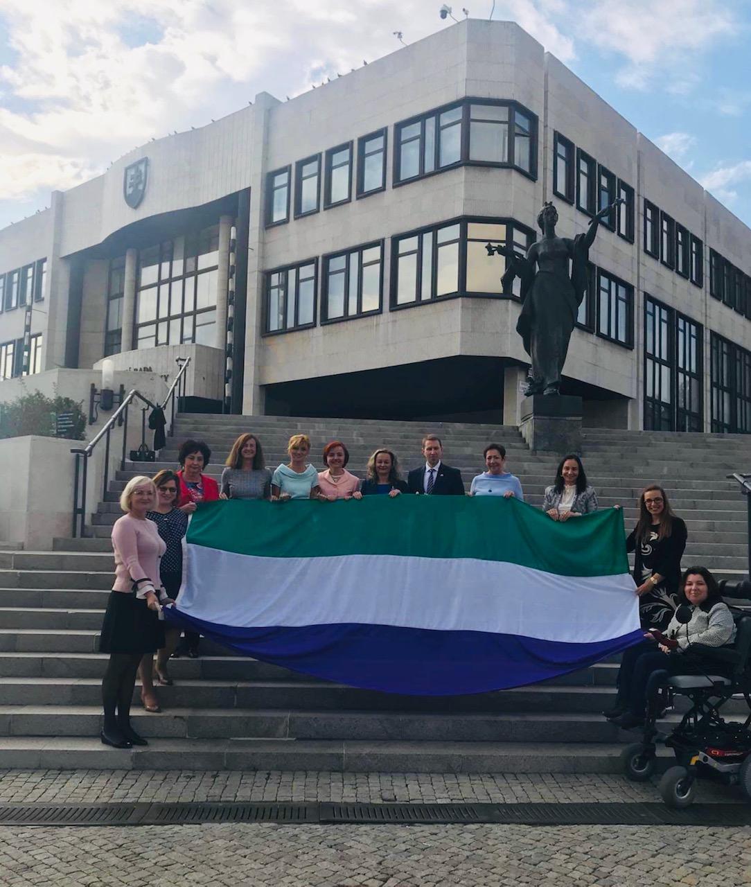 S vlajkou sufražetiek, žien, ktoré v minulosti započali hnutie pre rovné práva žien, foto: archív SP